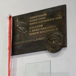 Odsłonięto tablicę poświęconą Bohaterom Powstania Warszawskiego. Prof. Żaryn: Zryw był wielką ofiarą