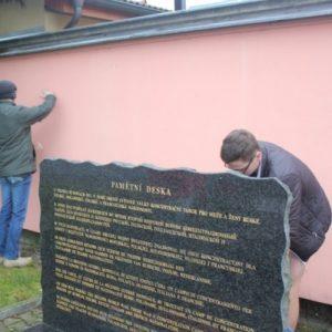 Wmurowanie tablicy upamiętniającej wyzwolenie niemieckiego obozu koncentracyjnego przez Brygadę Świętokrzyską Narodowych Sił Zbrojnych w Holiszowie w Republice Czeskiej